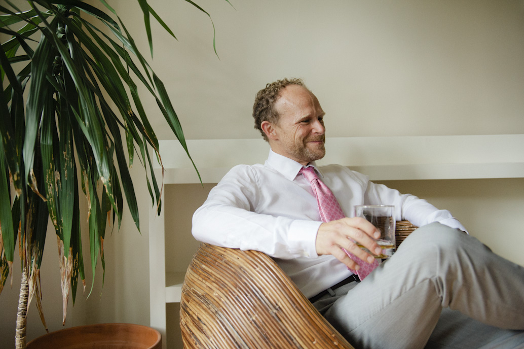 Groom getting ready in Montreal: Abelle photographie