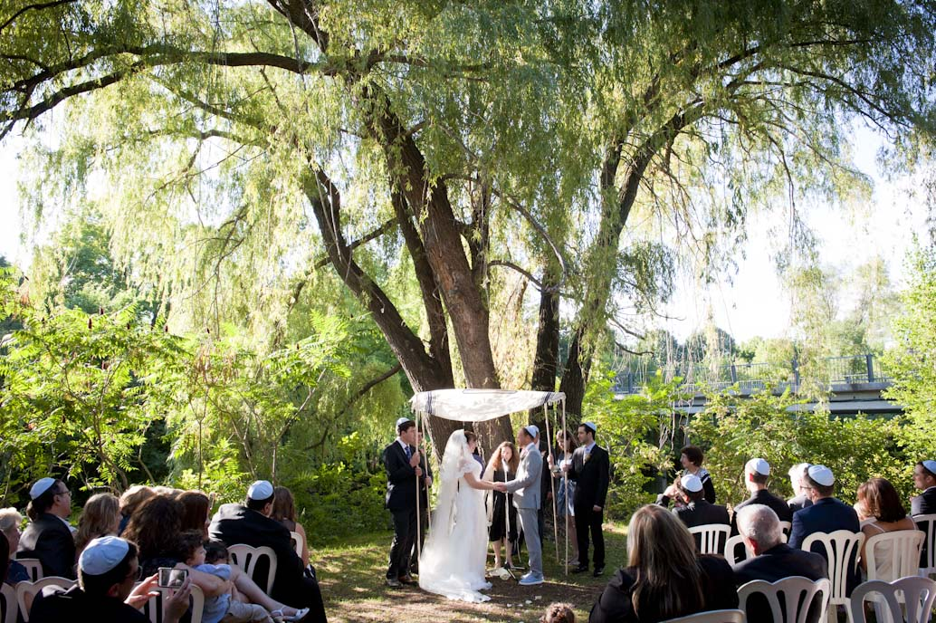 Wedding ceremony at Parc Jean-Drapeau, Montreal: Abelle photographie